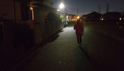 夜のチラシ配りは走って